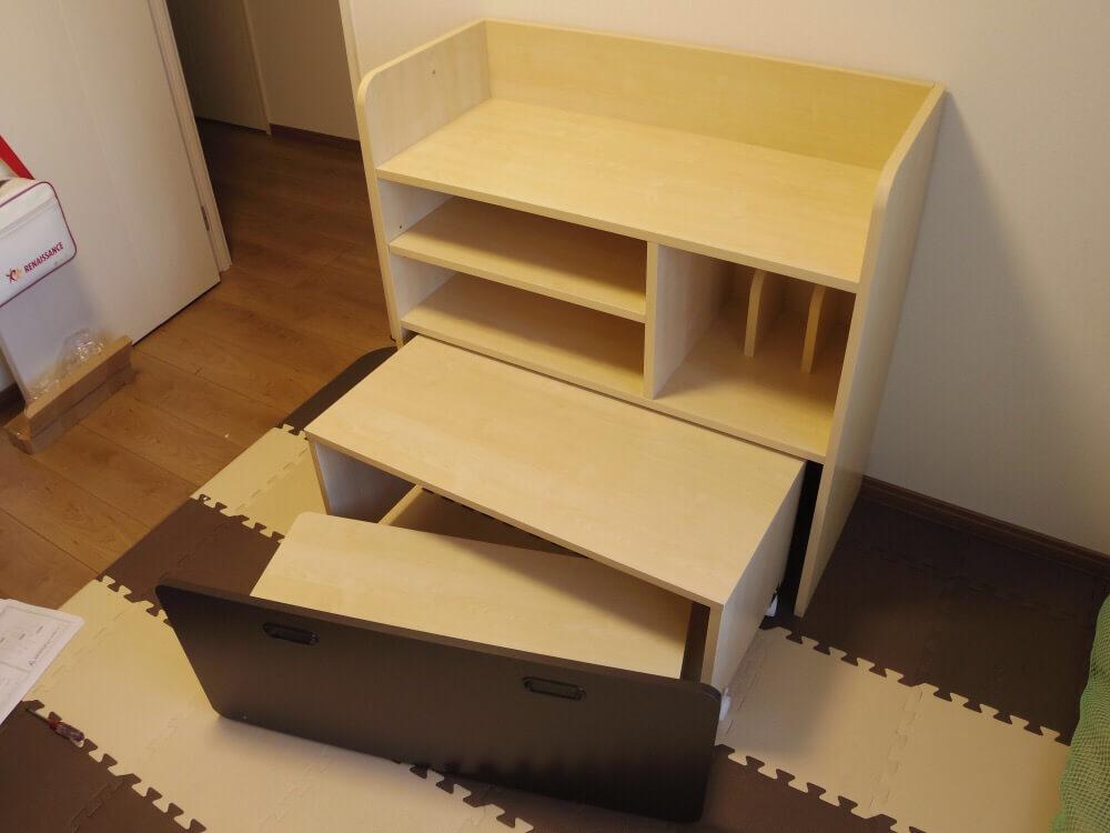 LOWYAで買った収納できるタイプの学習机、椅子と机を引き出した感じ