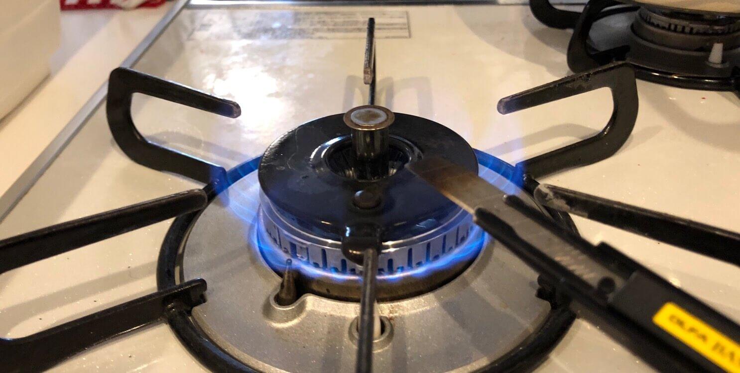 ほつれの熱処理の為にカッターを軽く炙る