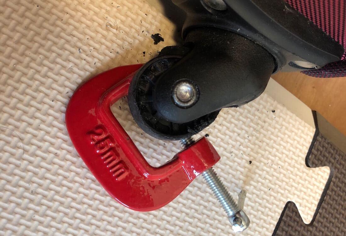 ドリルで削るときに動いて危ない場合は100均のでもいいからクランプで挟む