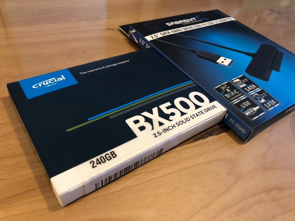 アマゾンさんからクルーシャルのSSDとSabrentのSATA/USB変換ケーブル