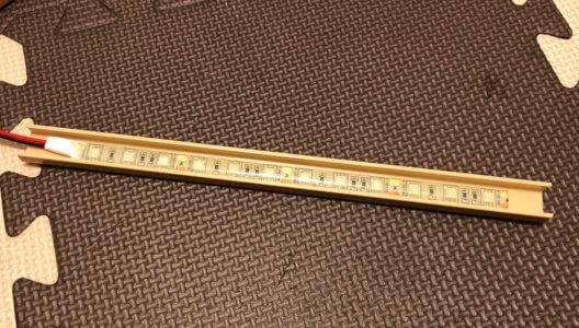 LEDプラントライトのテープは裏側に接着剤が付いているので、剥がして貼るだけ超簡単