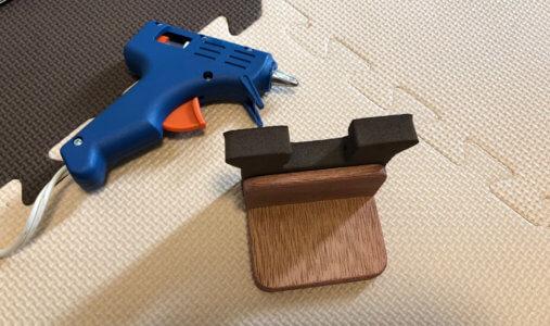 ウレタンと木材の異素材を接着するのでグルーガンでつけました