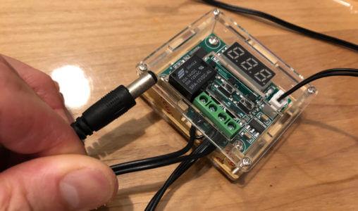 切断したプラグを温度センサー付きサーモスイッチの出力側に接続する