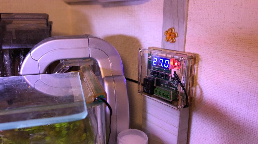 温度センサー付きサーモスイッチを壁にセッティングして、送風機で水槽の温度管理