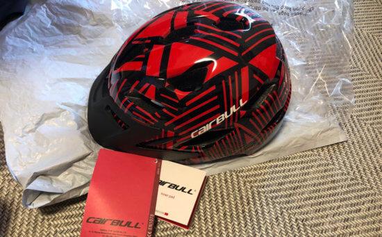 Cairbullのキッズヘルメットの赤はスパイダーマンみたいなデザイン。ちょっとチープ?でも被らせてみると結構カッコイイ