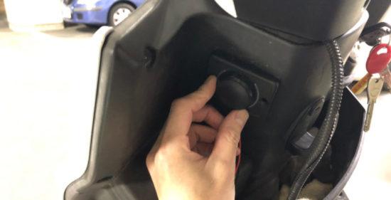 KYMCOレーシング150FiにUSB電源を設置するための位置を仮決め。スクーターならハンドル下辺りにセット出来そう