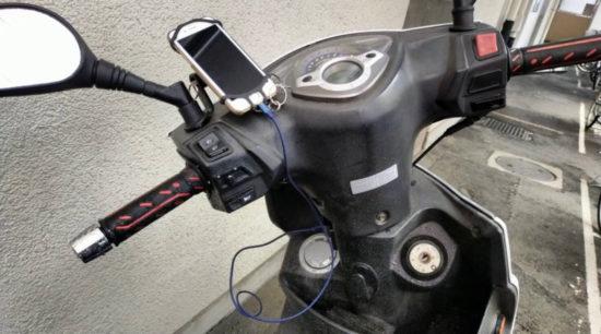Wishで買ったバイク用USB電源を設置完了したので、iPhoneを充電しているの図