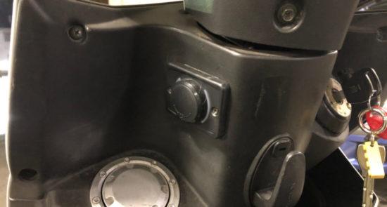 USB電源をネジ止めしてしっかり固定。これでiPhoneやスマホ、ワイヤレスイヤホン、バイク用のインカムなどを充電できるようになった