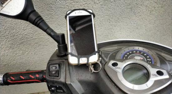 延長ブラケットをミラーに挟んでスマホホルダーを取り付け。iPhoneが走行に落っこちるのは怖いので、100均のワイヤーを通してスマホケースのストラップに引っ掛ける方法で保険をかけました!
