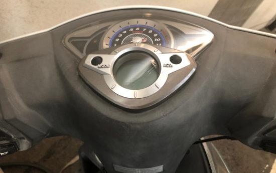 日焼けや熱などで表面が白くなってしまった樹脂パーツ。バイクや車の内装によく使われるABSや塩ビ系の素材は日光の紫外線などで白ボケしやすいです。