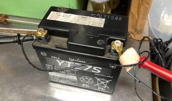 バッテリーを充電する際はプラスから接続してマイナスは後でつなぐ