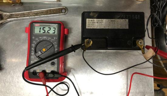 安全のためバッテリーの充電中もテスターで計測