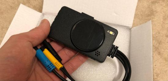中華ドライブレコーダーの筐体はデジカメのようなデザインで、素材はプラスチックでとても軽くややチープ