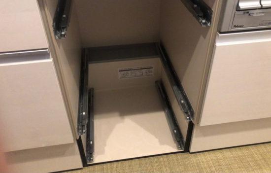 自宅のシステムキッチンは隣のキャビネットと重なり側板が2枚ある為、独立タイプでした